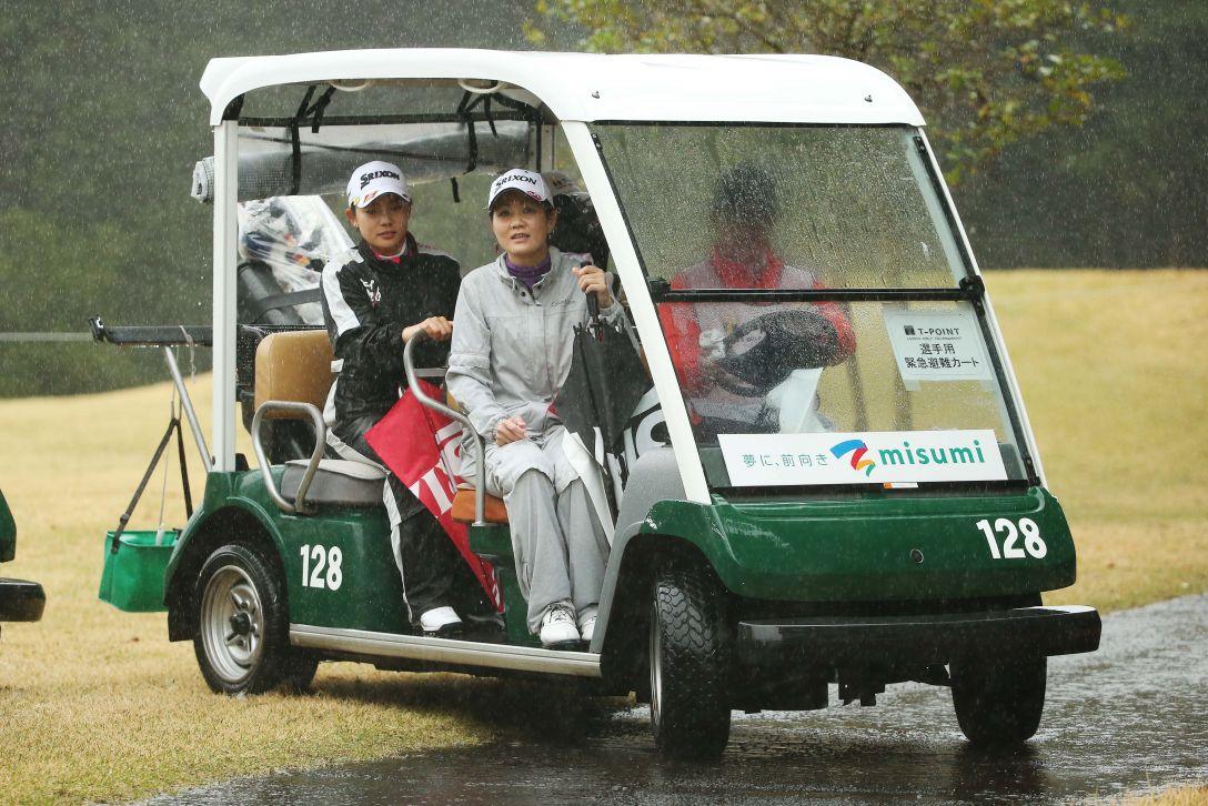 Tポイントレディス ゴルフトーナメント 1日目 選手用緊急避難カート <Photo:Atsushi Tomura/Getty images>