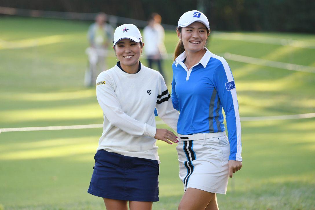 日本女子オープンゴルフ選手権競技 2日目 比嘉 真美子 渡邉 彩香 <Photo:Atsushi Tomura/Getty Images>