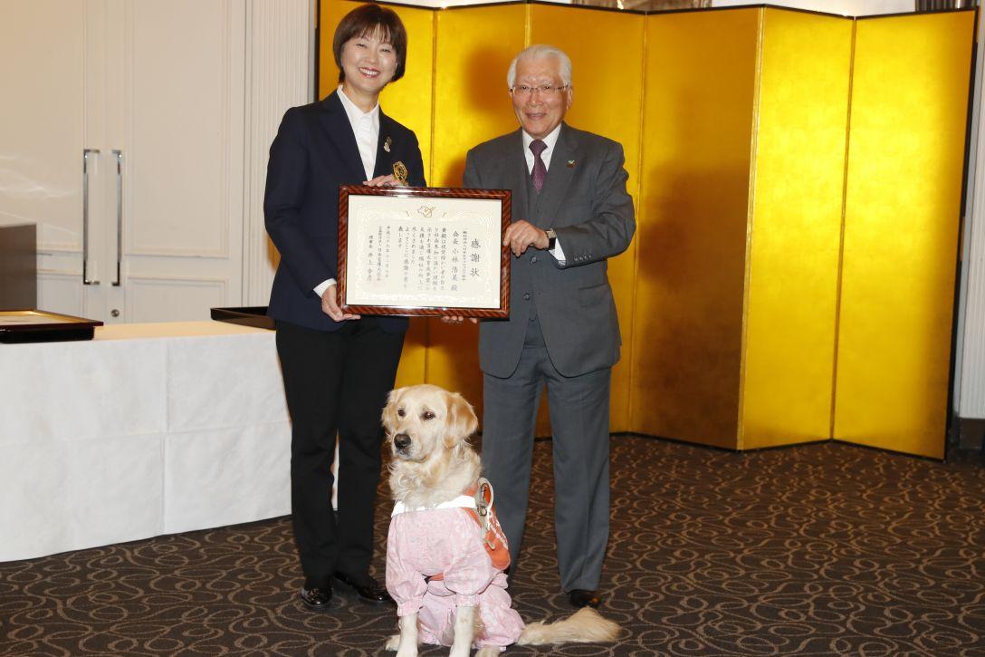 写真右より (公財)日本盲導犬協会 理事長 井上幸彦様、PR犬ナディア君<Photo:Ken Ishii/Getty Images>