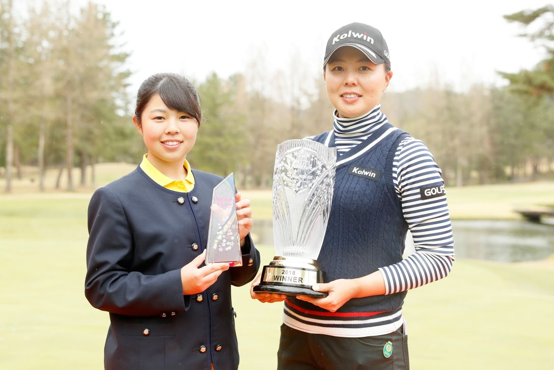 Hanasaka Ladies Yanmar Golf Tournament 最終日 (左)山下美夢有 (右)上原美希 <Photo:Ken Ishii/Getty Images>