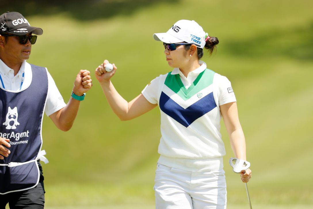 サイバーエージェント レディスゴルフトーナメント 最終日 比嘉 真美子 <Photo:Ken Ishii/Getty Images>